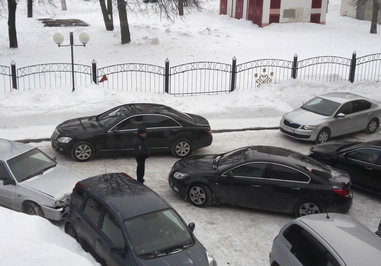 Прокурорcкий Mercedes угодил в мелкое ДТП у Национальной библиотеки